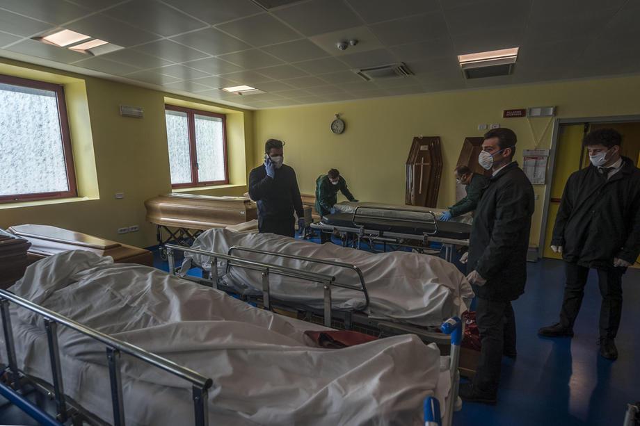 У Бергамо померлих від коронавірусу вивозять військові: відео