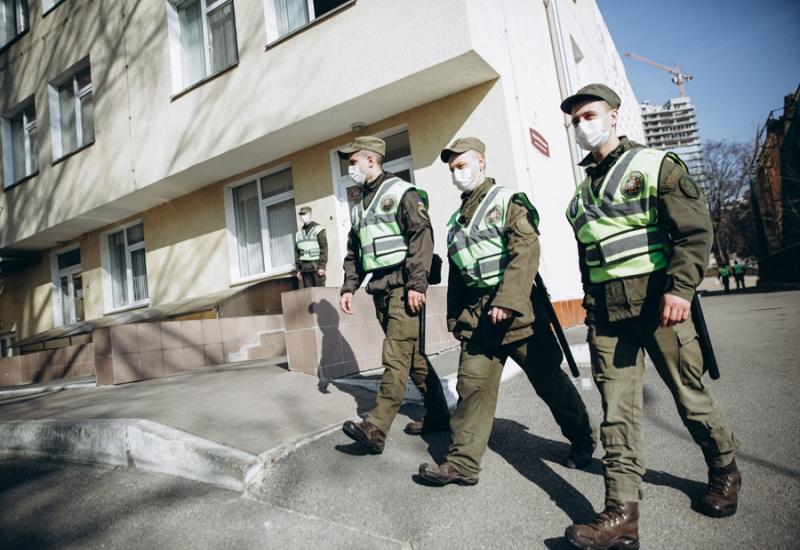 Нацгвардия охраняет Александровскую больницу: фото