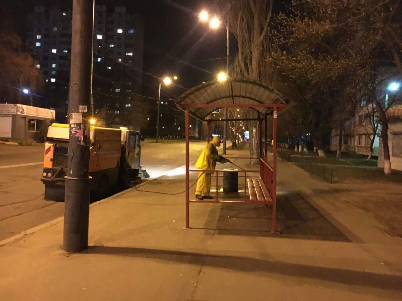 В Киеве дезинфицируют остановки общественного транспорта