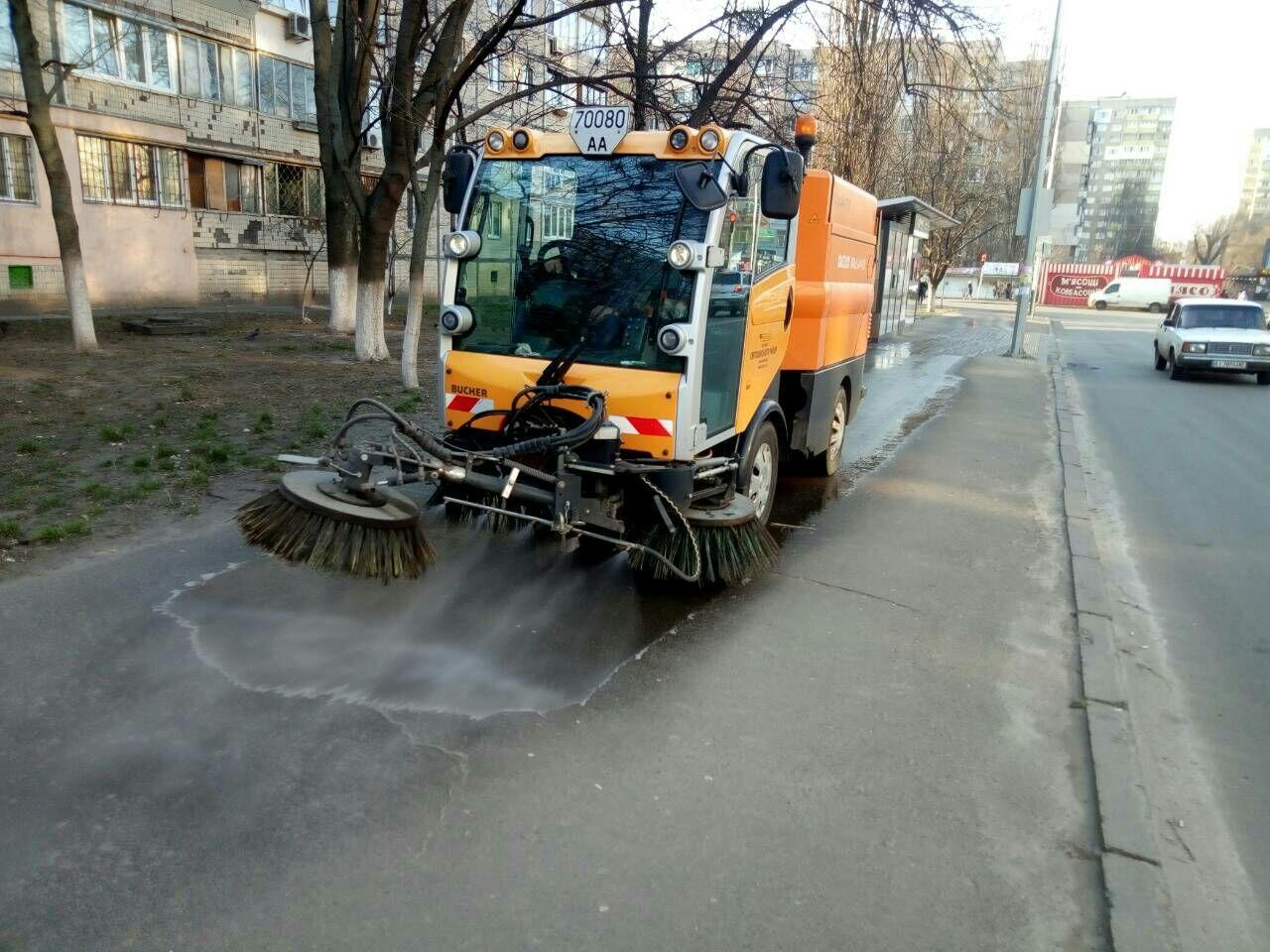 Коронавирус в Киеве. В КГГА показали как моют улицы столицы