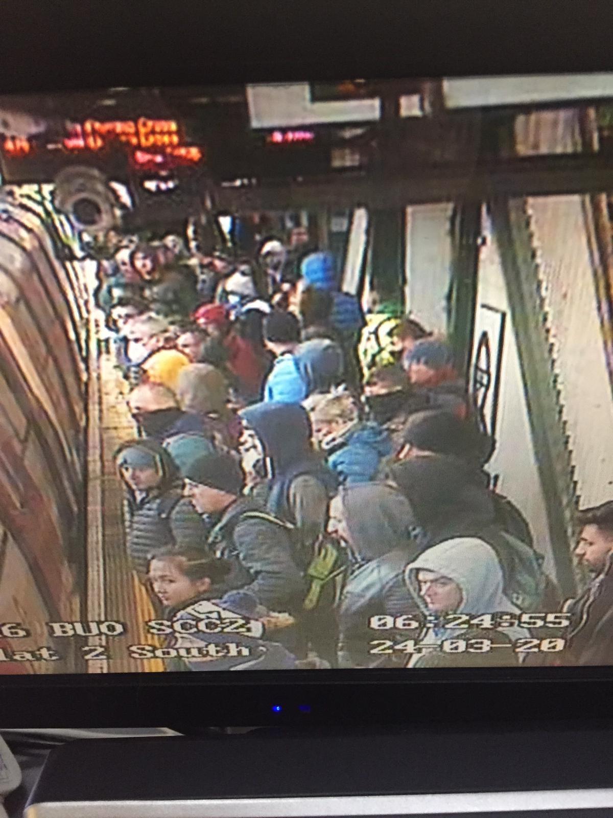 """""""Жесткий"""" карантин в Великобритании: метро Лондона все равно переполнено - фото"""