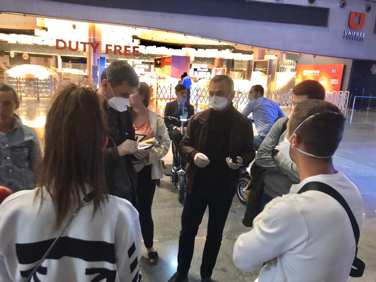 Украинцы в аэропорту Стамбула: фото