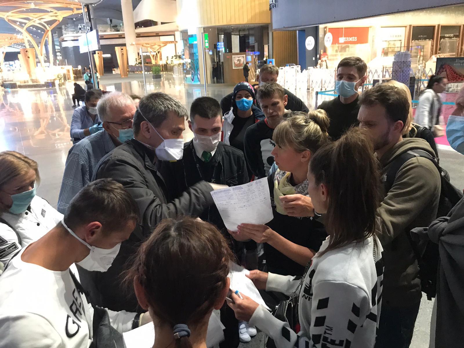 Украинцы улетают из Стамбула: фото