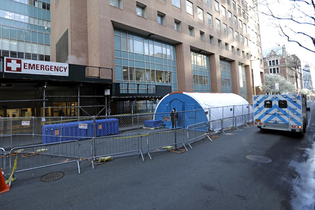 Медицинские палатки в Нью-Йорке (Фото: EPA-EFE/PETER FOLEY)