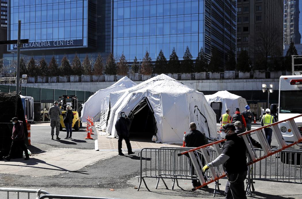 Палатки-морги возле больницы Белвью в Нью-Йорке (Фото: EPA-EFE/PETER FOLEY)