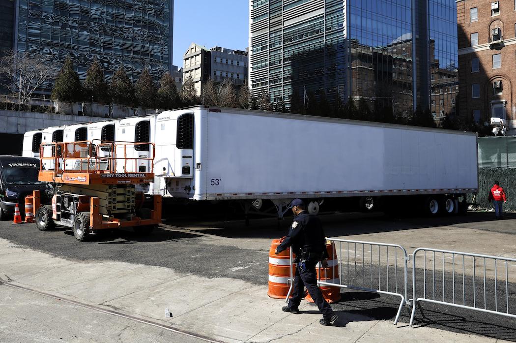 Рефрижераторы-морги возле больницы Белвью в Нью-Йорке (Фото: EPA-EFE/PETER FOLEY)