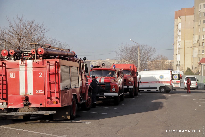Машины спасателей и скорые на месте пожара: фото