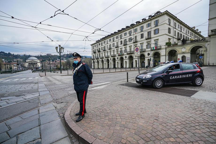 Итальянский патруль Carabinieri на улицах Туринa, фото: EPA.com/ Тино Романо