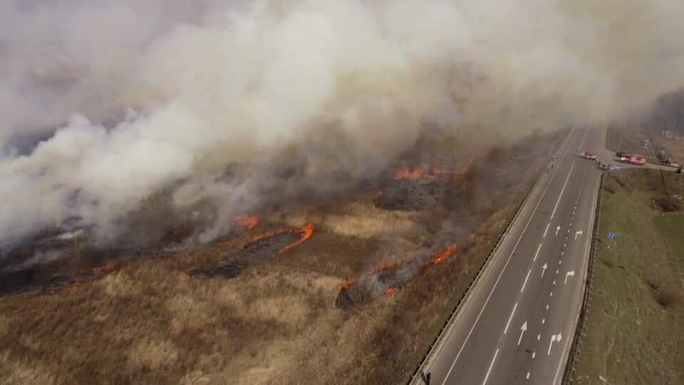 Пожар на трассе Киев-Чоп (фото - Укравтодор)
