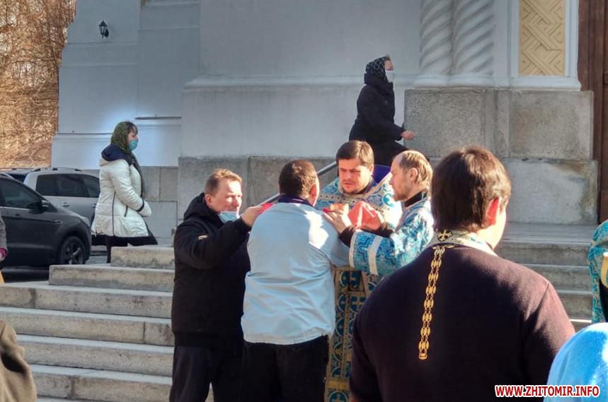 В Житомире священники причащали прихожан, невзирая на карантин: фото
