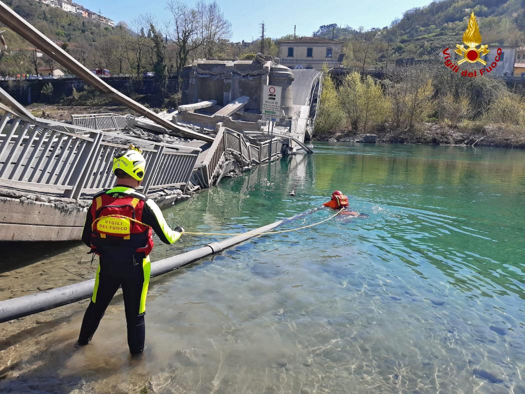 Обрушение моста в Италии (Фото: VIGILI DEL FUOCO)