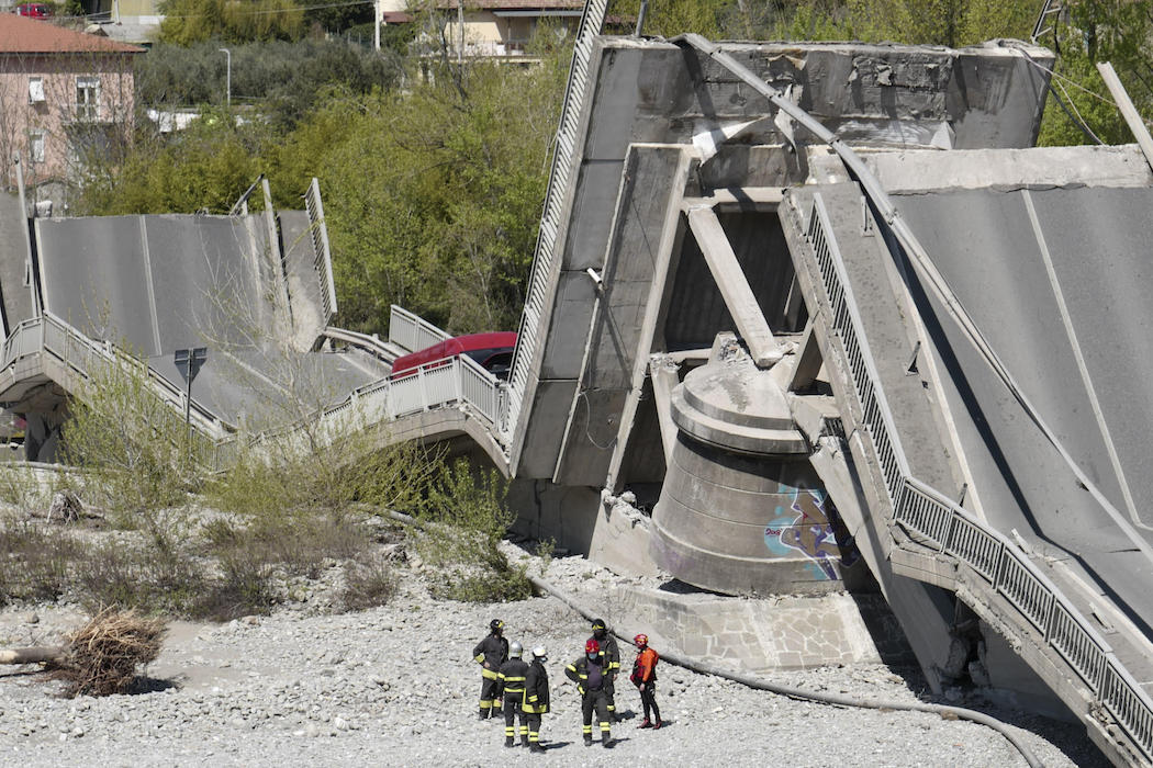 Обрушение моста в Италии (Фото: EPA-EFE/Riccardo Dalle Luche)