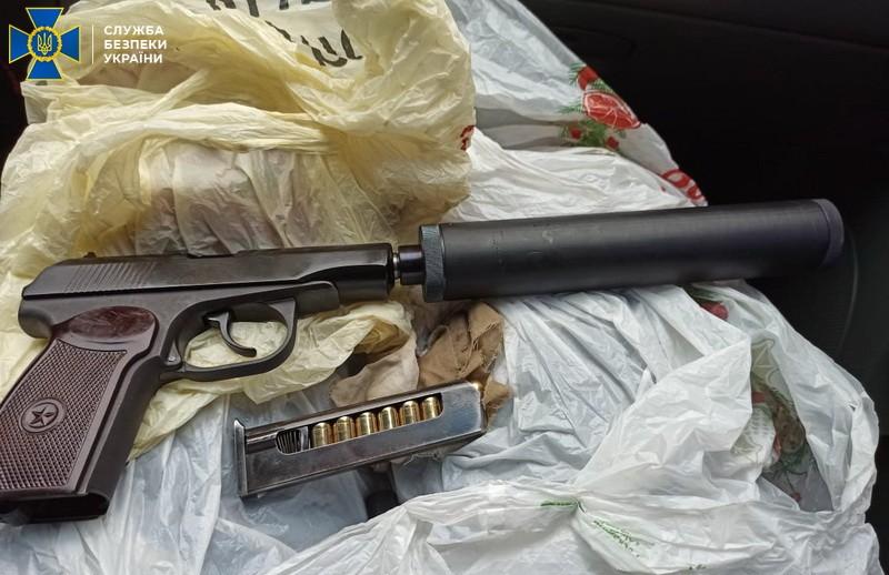 Оперативники выявили оружие во время сбыта