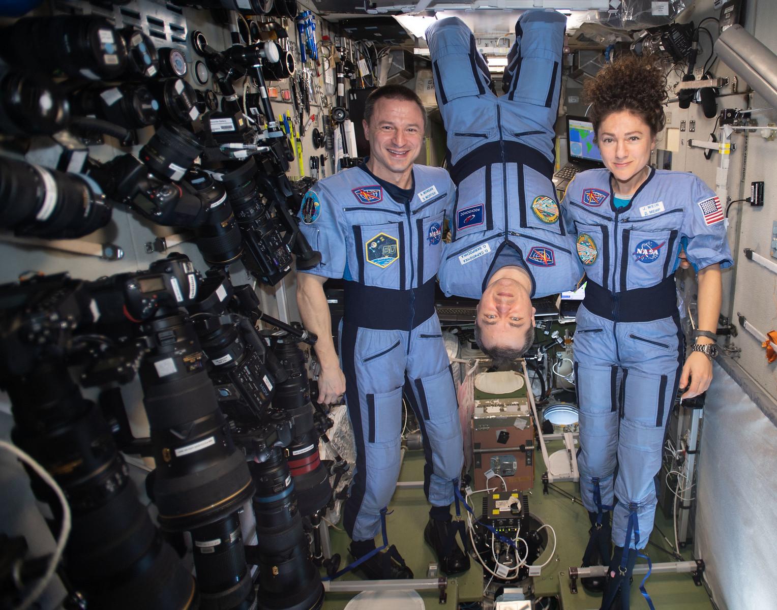 На охваченную коронавирусом Землю из космоса летят три человека – трансляция