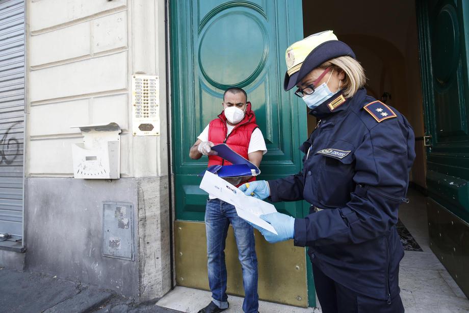 Полиция проверяет декларации, фото: GIUSEPPE LAMI/EPA