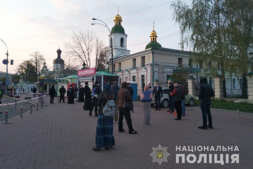 В Киеве у храма, куда привезли благодатный огонь, дежурит полиция: фото