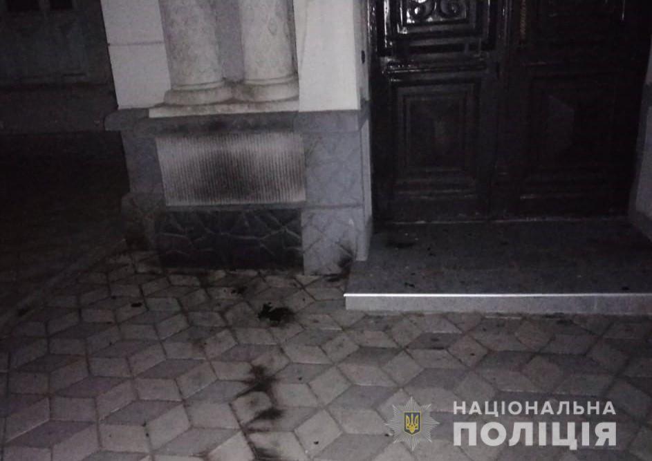В Херсоне неизвестный бросил бутылку с горючим веществом в синагогу: фото