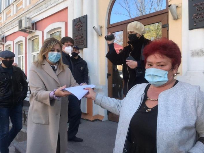 Протестующие передали петицию в мэрию