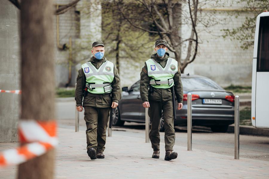 Вспышка коронавируса в Вишневом. Нацгвардия взяла общежитие под охрану: видео