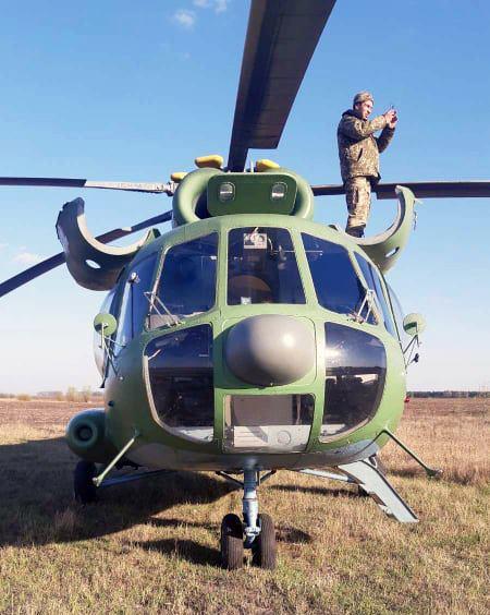Отказ двигателя. Вертолет ВСУ совершил экстренную посадку среди поля – фото