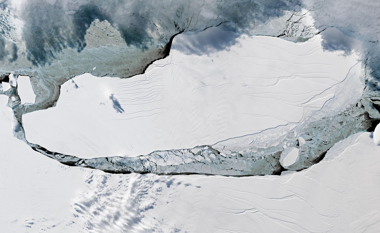 Разрушается крупнейший в мире айсберг А-68 - фото