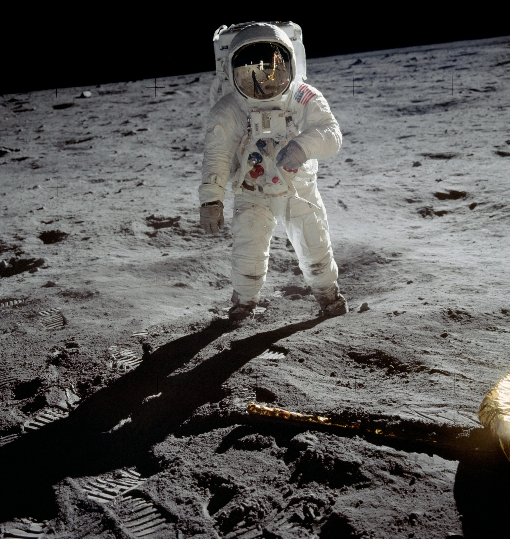 Американский астронавт Базз Олдрин продает историческое фото для борьбы с коронавирусом