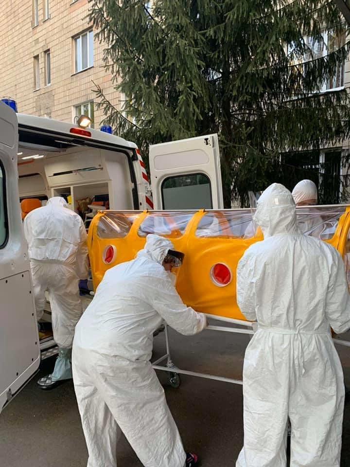 В Украине впервые применили изготовленную капсулу для перевозки больных COVID-19