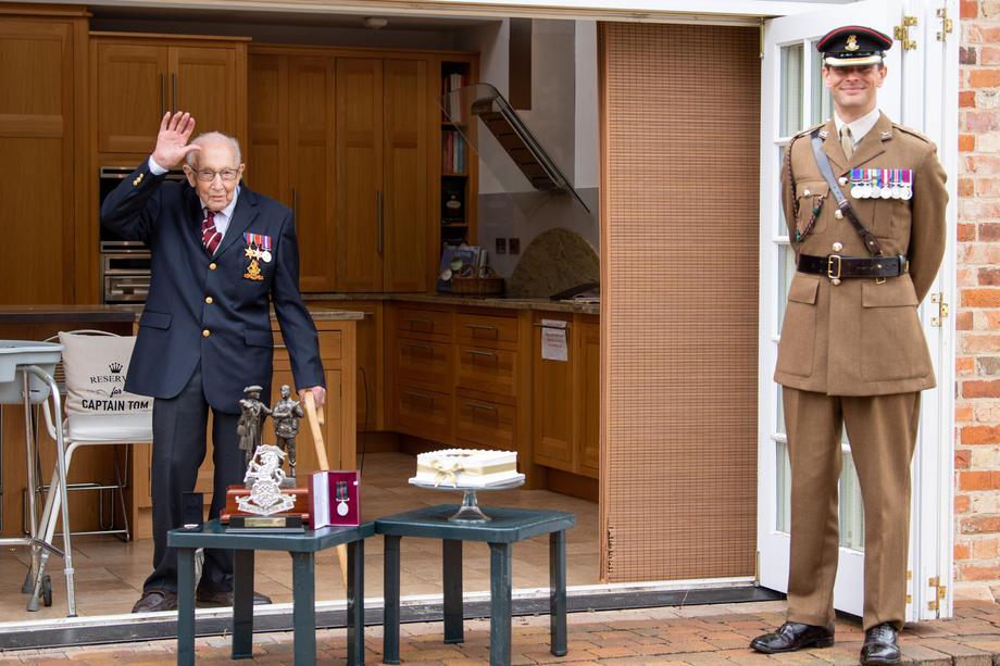 Ветерана, який зібрав £28 млн лікарям, завалили листівками до сторіччя: фото