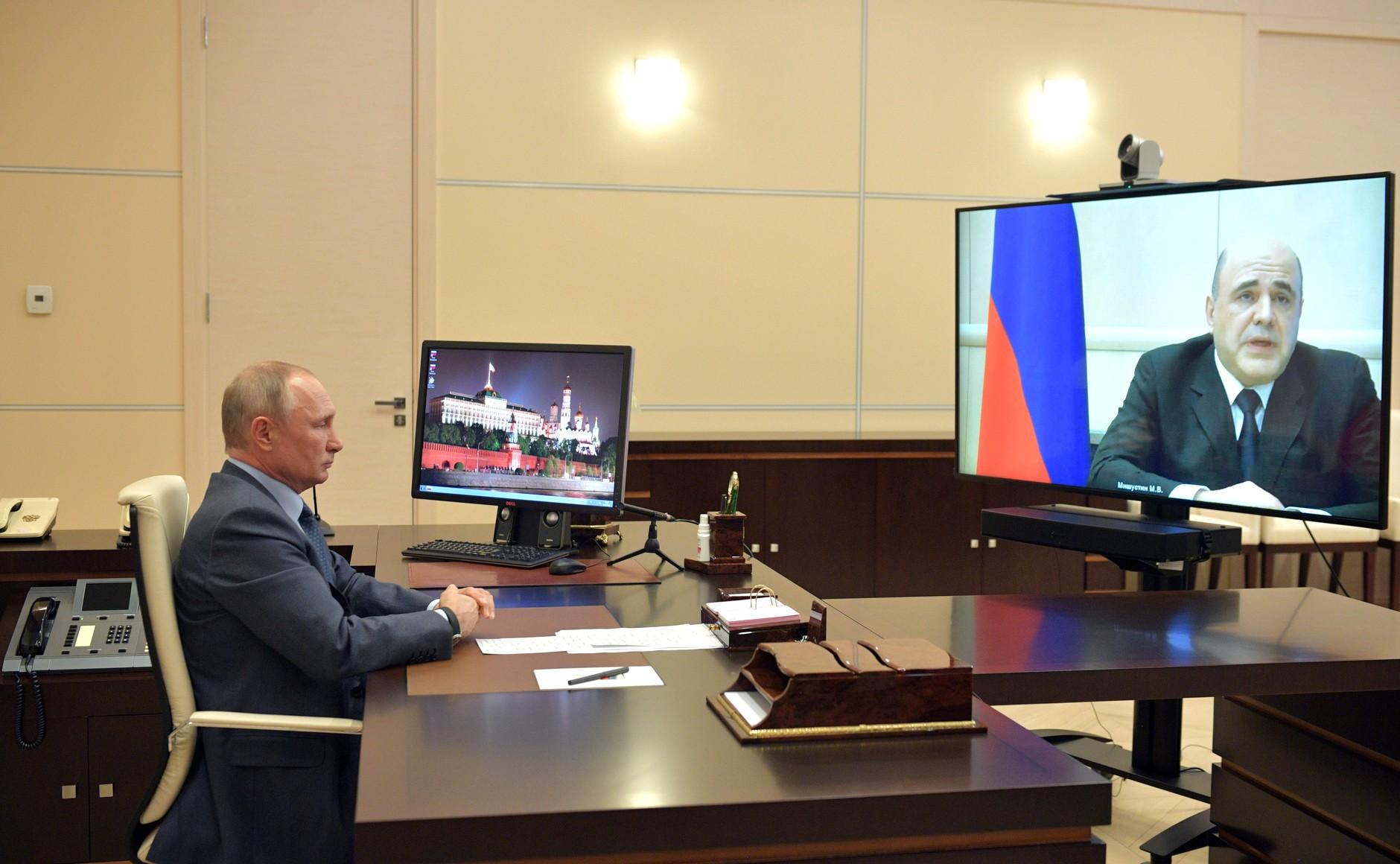 Михаил Мишустин сообщает Путину о своем коронавирусе (Фото: пресс-служба Кремля)