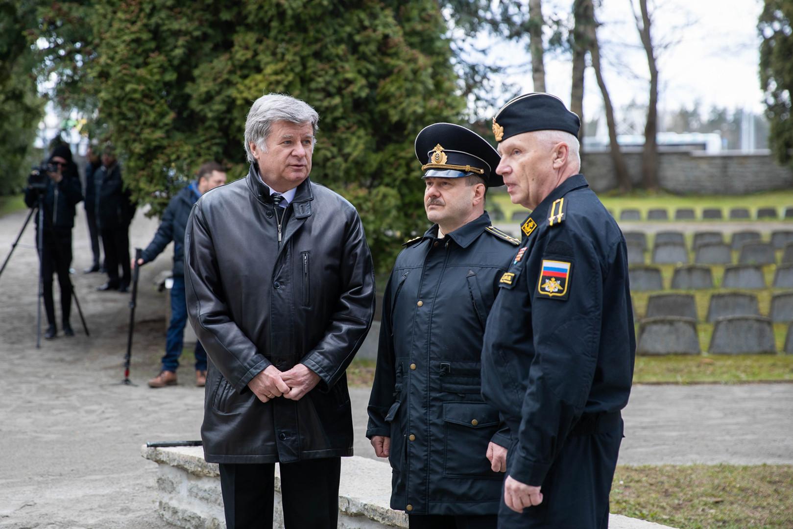 Посол РФ Александр Петров не соблюдает социальную дистанцию