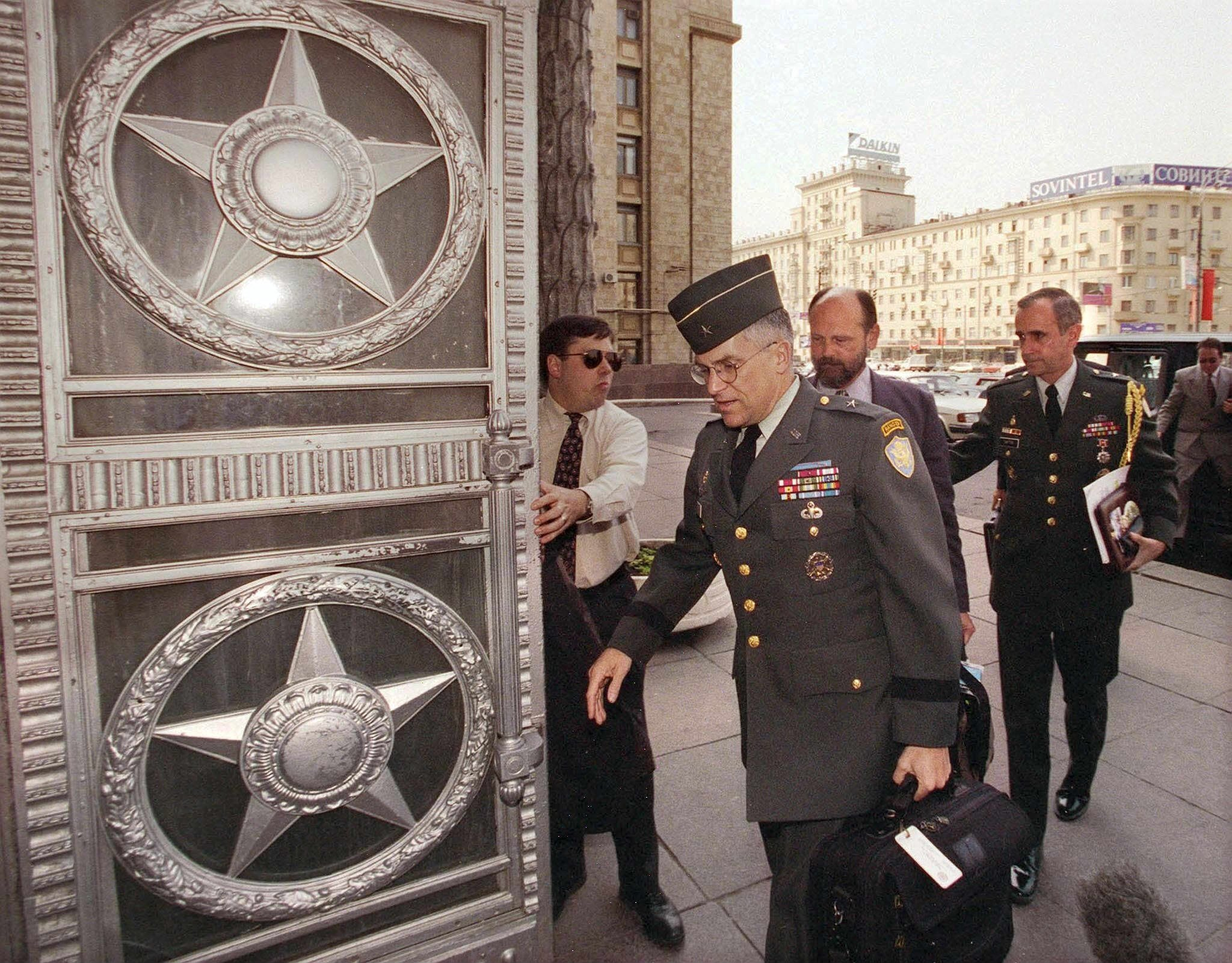 Бригадный генерал Кит Дейтон (справа) входит в здание МИД РФ в Москве, 1999 год (фото - EPA)