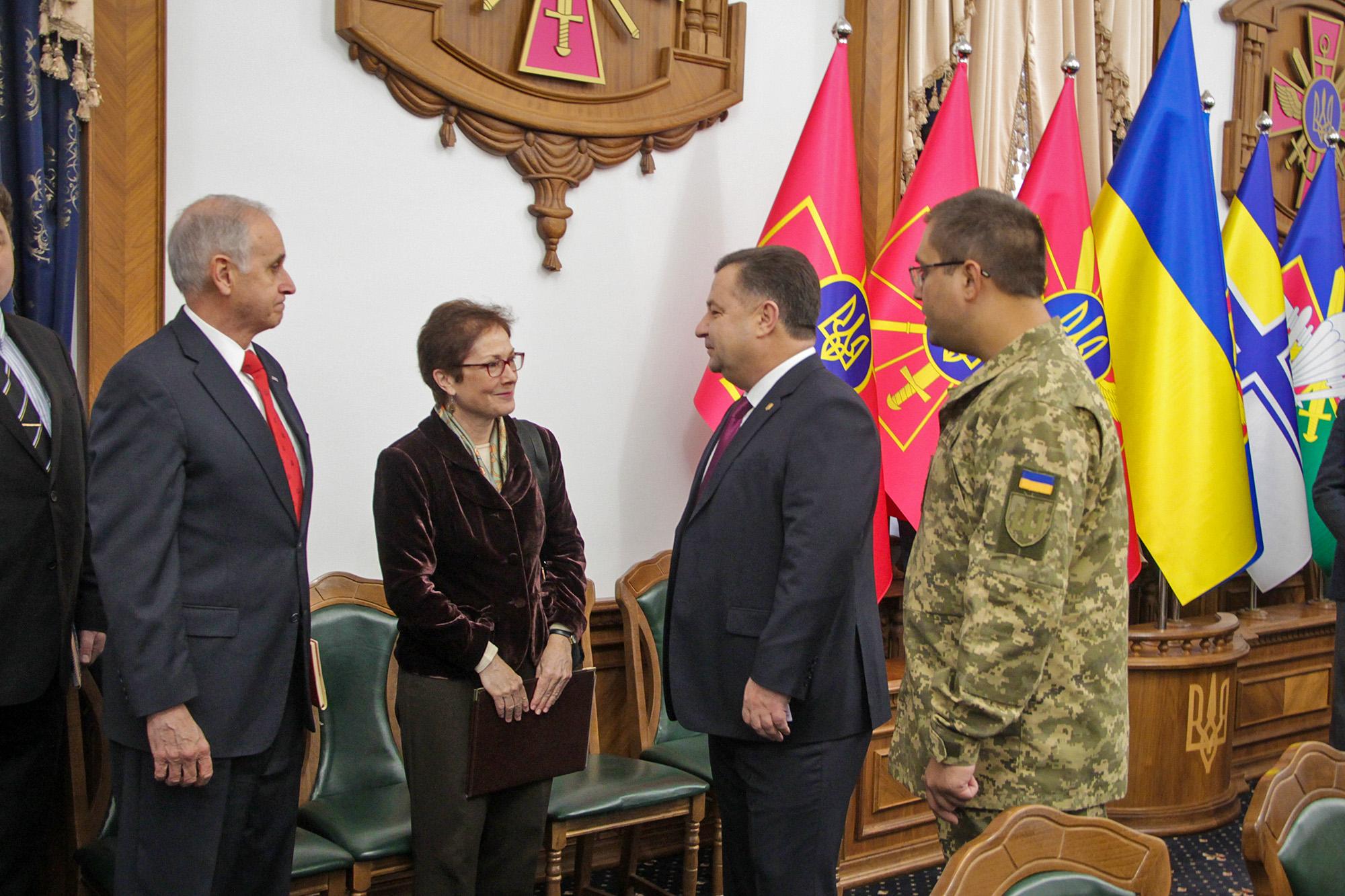 Кит Дейтон, Мари Йованович и Степан Полторак (фото - пресс-служба Минобороны)