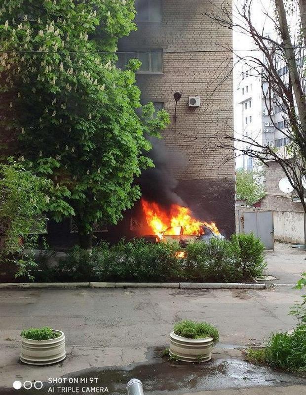 """В центре Донецка у здания """"полиции"""" оккупантов взорвался автомобиль: фото, видео"""