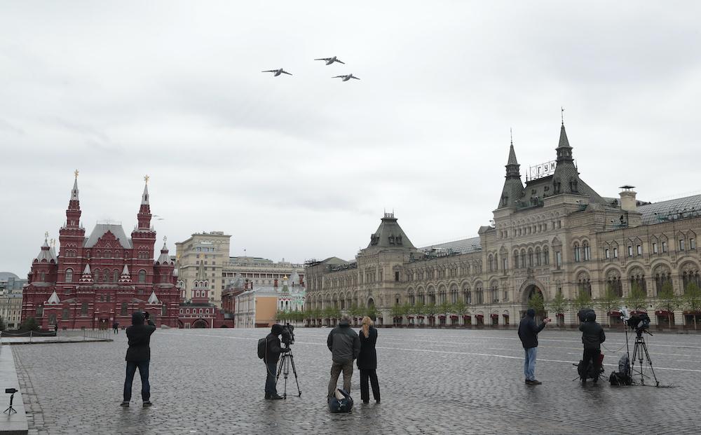 День победы в РФ. Путин на пустой Красной площади и самолеты в небе: фото