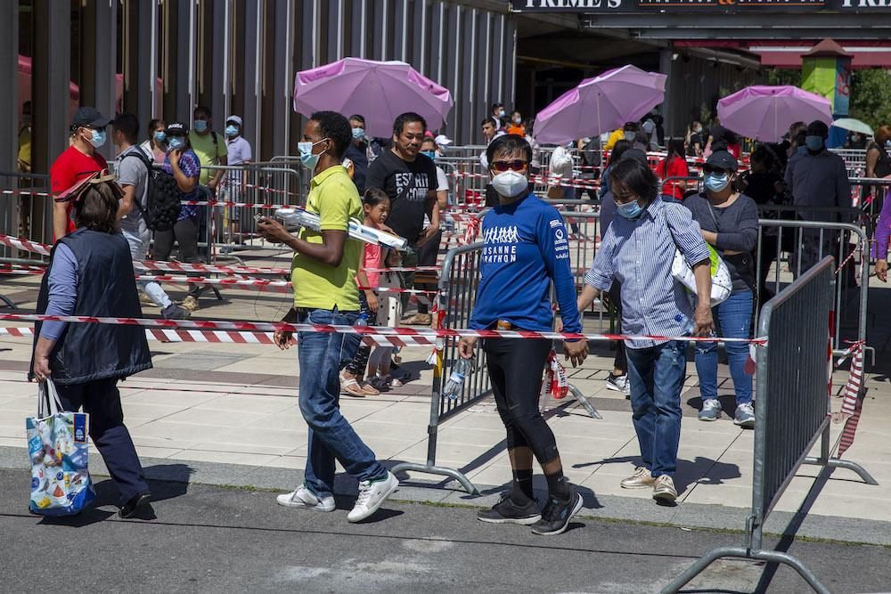 В Швейцарии люди образовали километровую очередь за бесплатной едой: фото