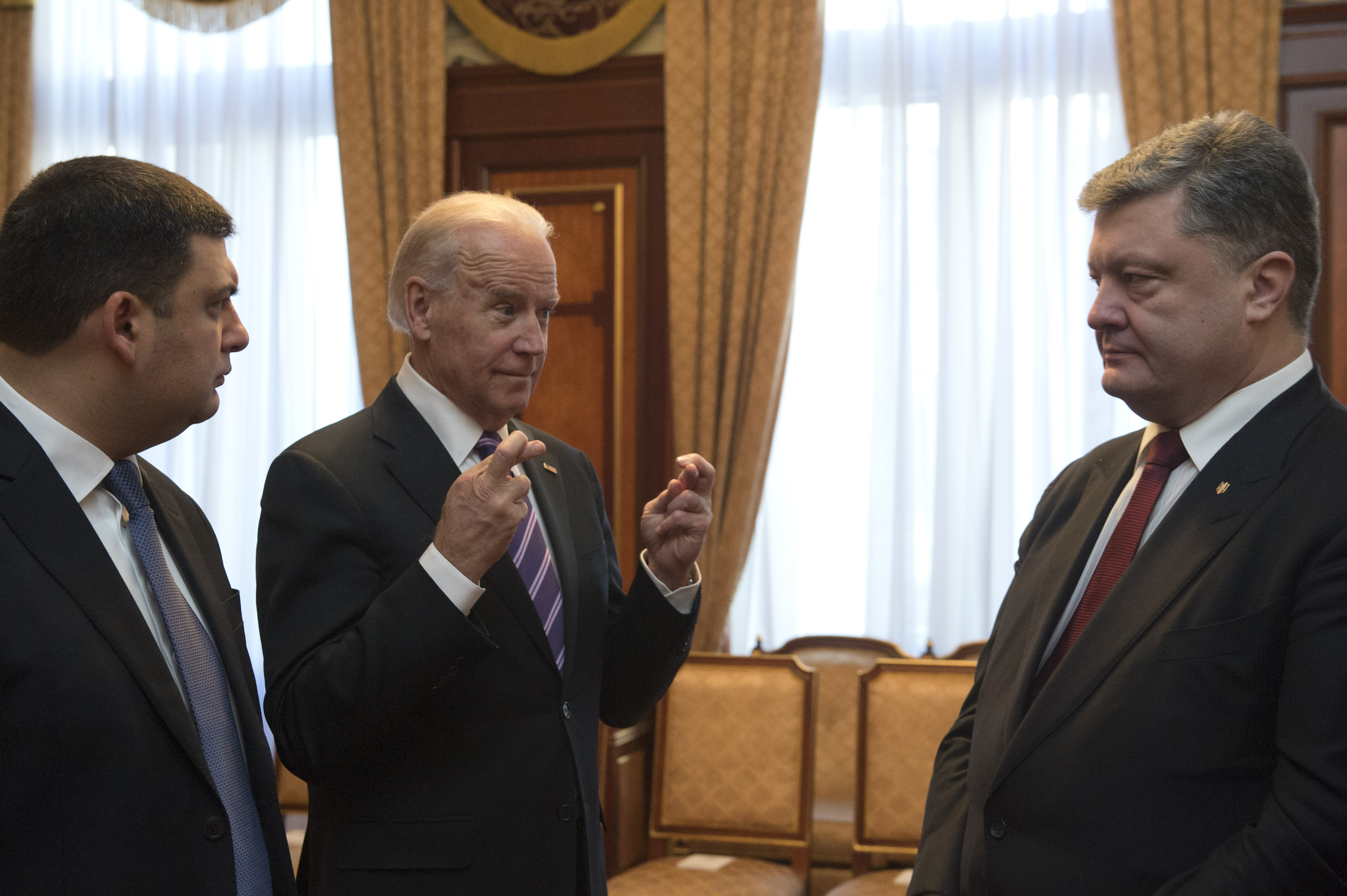 Владимир Гройсман, Джозеф Байден и Петр Порошенко (фото - Анастасия Сироткина/EPA)