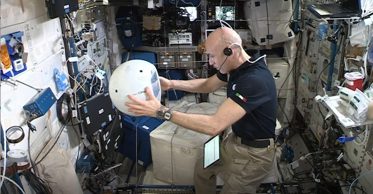 Робот CIMON и астронавт Лука Пармитано. Фото: IBM