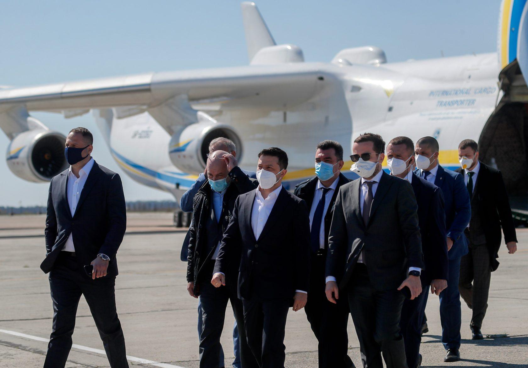 Владимир Зеленский встречает самолет Ан-225