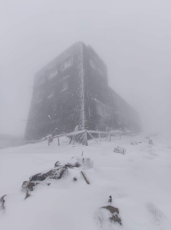 Через несколько дней лето. В высокогорье Карпат намело до 40 см снега – фото