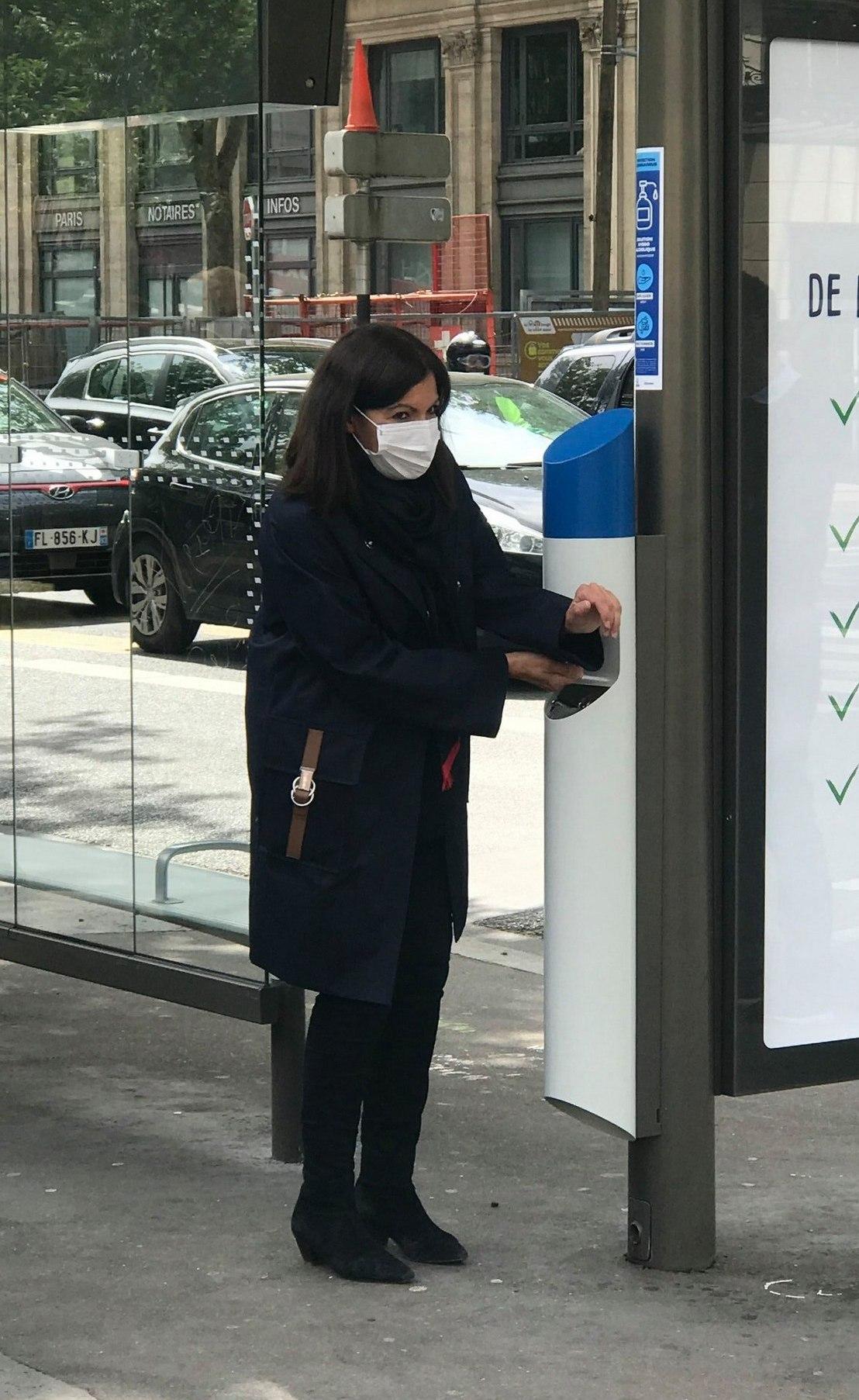 санитайзер в Париже (jcdecaux.com)