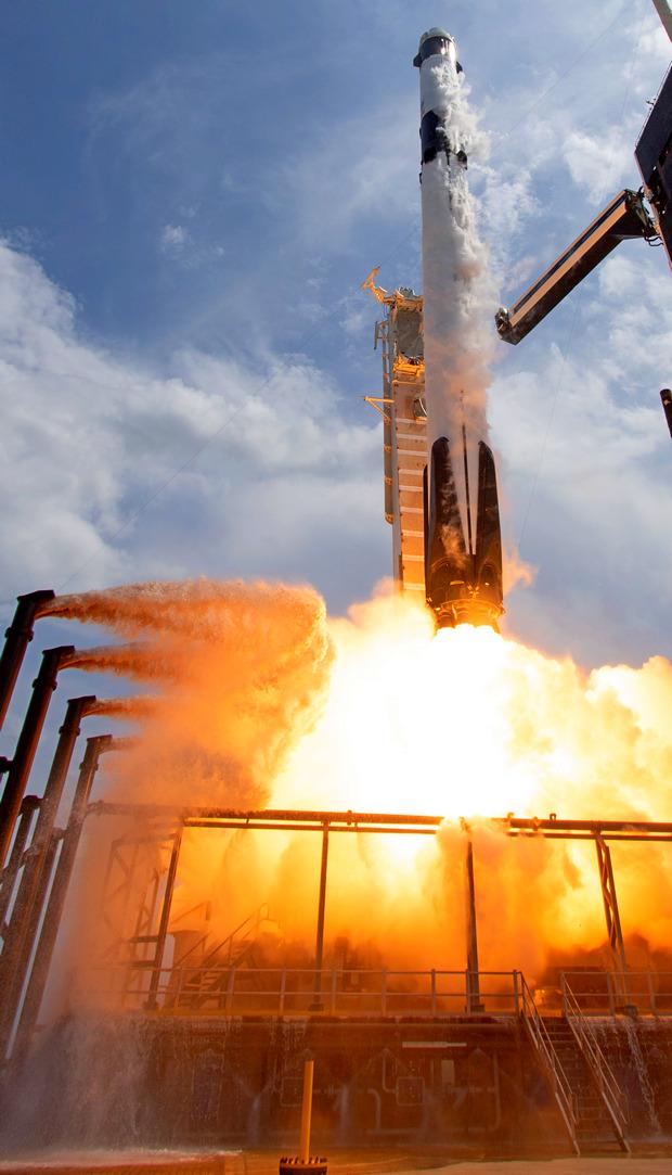 """SpaceX начинает захват флага"". Как прошла первая часть тест-миссии Маска – фото"