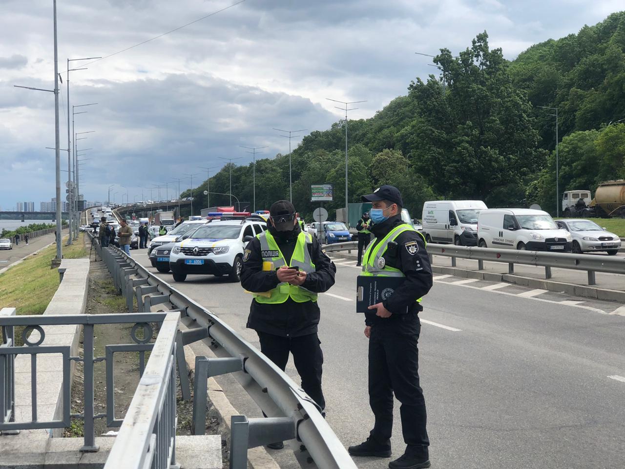 Неизвестный угрожает взорвать мост Метро в Киеве