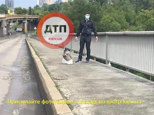 У Києві перекрили міст Метро: невідомий чоловік погрожує його підірвати - фото