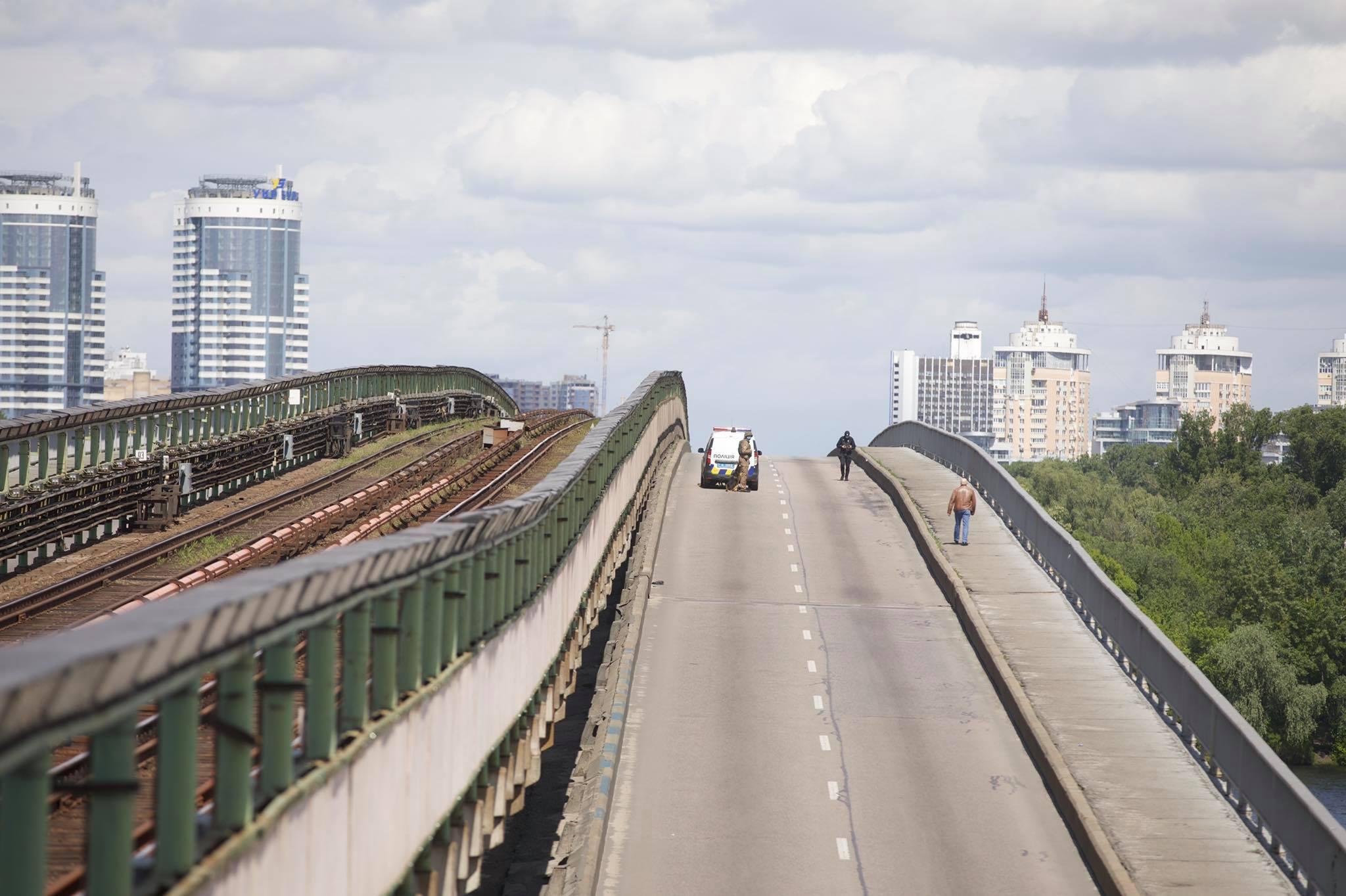 Мост Метро в Киеве перекрыт из-за угрозы взрыва