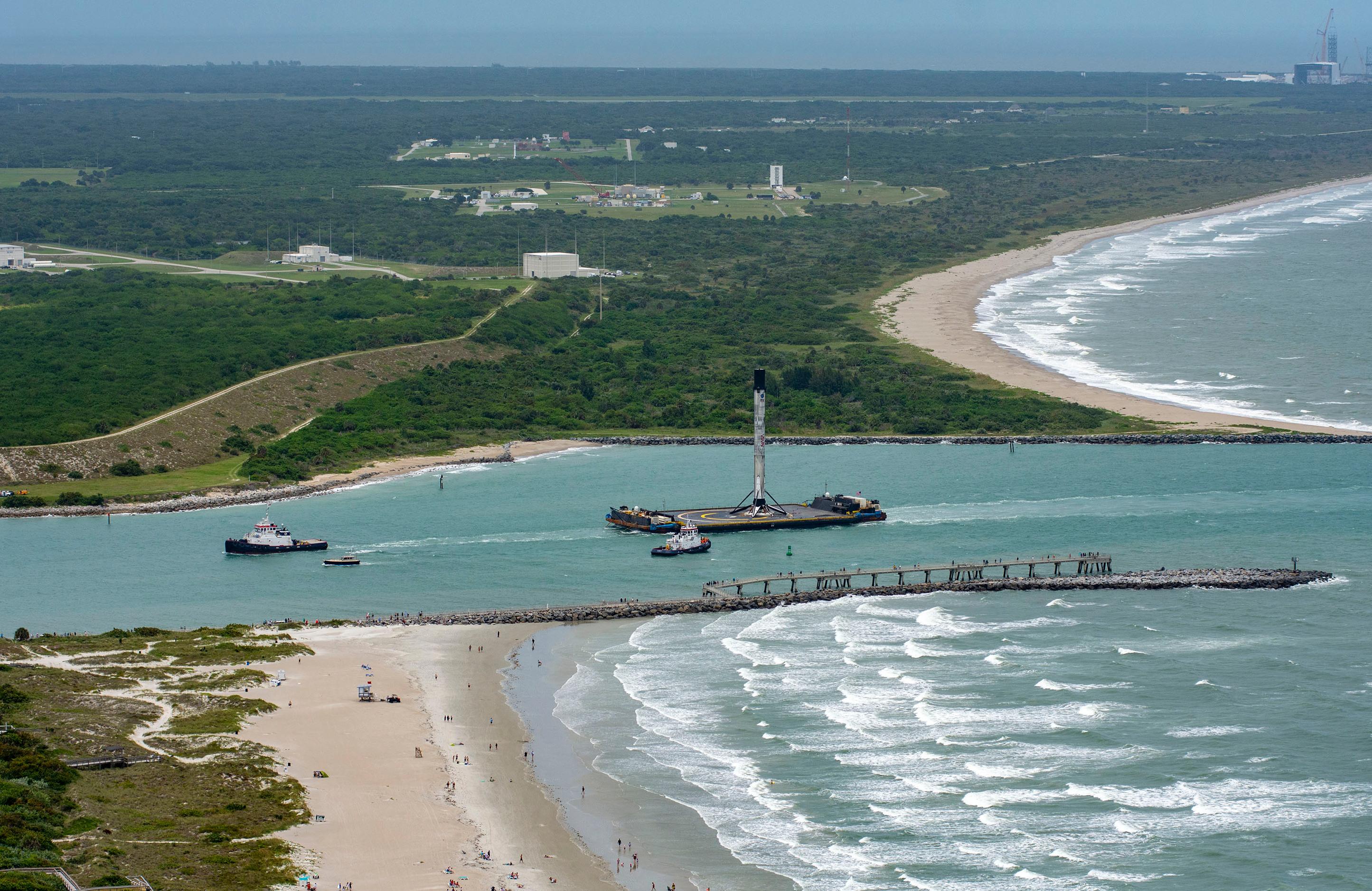 Ступень ракеты Falcon 9 прибыла в порт Канаверал