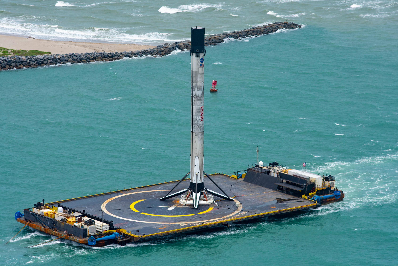 Ступень ракеты Falcon 9 на дрон-платформе буксируют в порт Канаверал