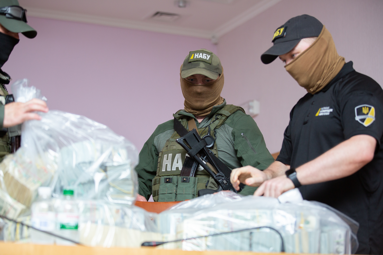 Крупная взятка (фот - nabu.gov.ua)