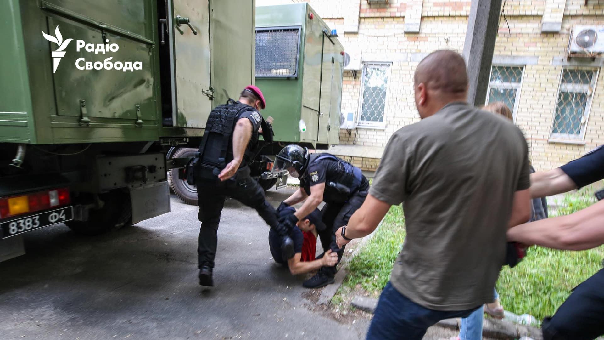 Справа Стерненка. Поліція б'є ногами затриманих під судом: фото, відео