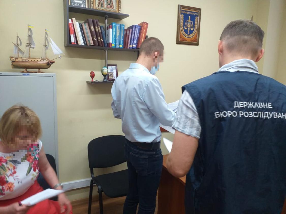 """ДБР: Слідчий поліції під час обшуку підприємства вилучив 1,2 млн грн і """"загубив"""""""