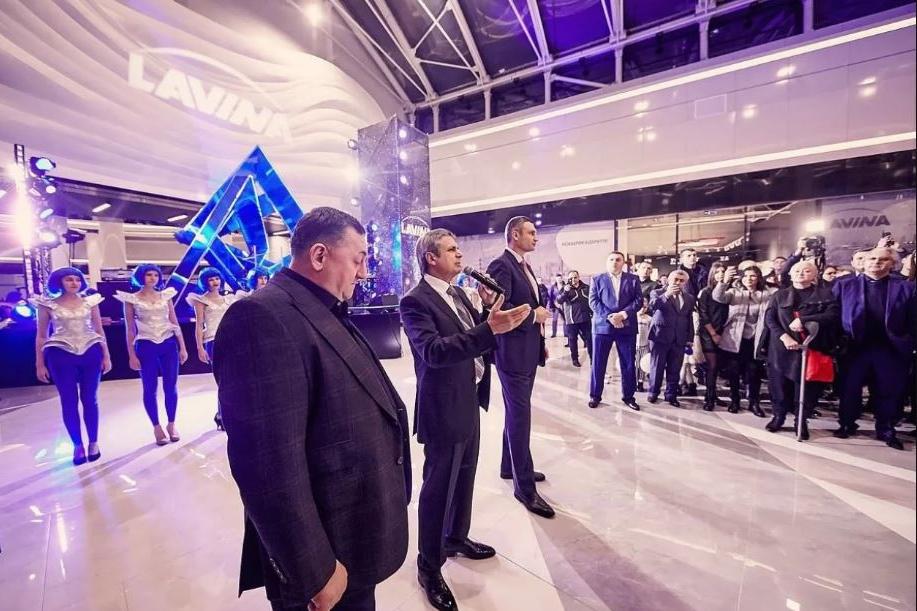 На открытие Lavina Mall Вагиф Алиев (в центре) пригласил столичного мэра Виталия Кличко и совладельца сети Эпицентр Александра Герега (на переднем плане) / Фото: НВ